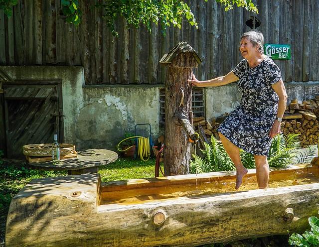 Mutter - mit 80 Jahren wassertreten im Brunnentrog  -  Mother - at the age of 80 treading water in the fountain trough