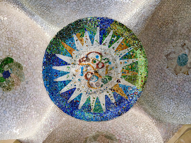 Park Güell: medallones del techo de la sala hipóstila