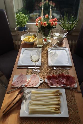 Spargel klassisch mit Butter, Salzkartoffeln und zweierlei Schinken (Tischbild)