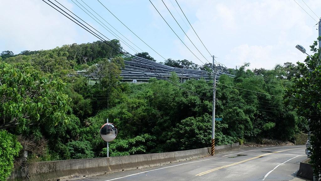 從道路旁即可見到山坡光電現場。攝影:陳文姿
