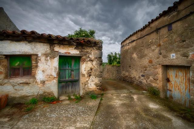Dos puertas y un camino - Two doors and one path