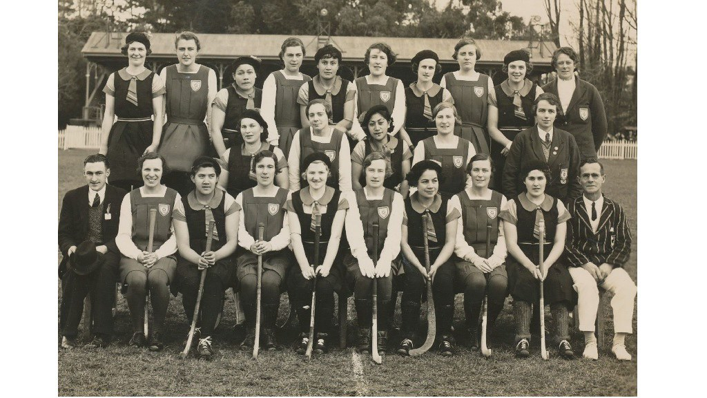 England hockey touring team with members of an unidentified New Zealand team, 1938 (Betty Fairgrieve B/45)