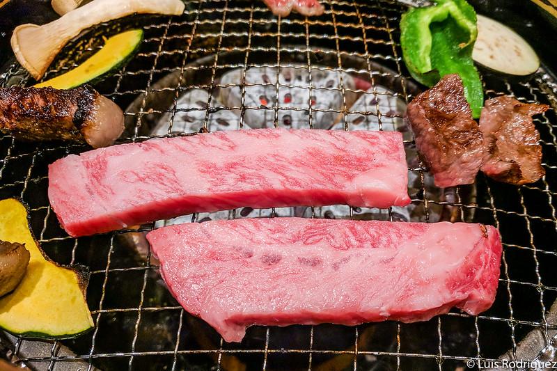 Cocinando carne y verduras