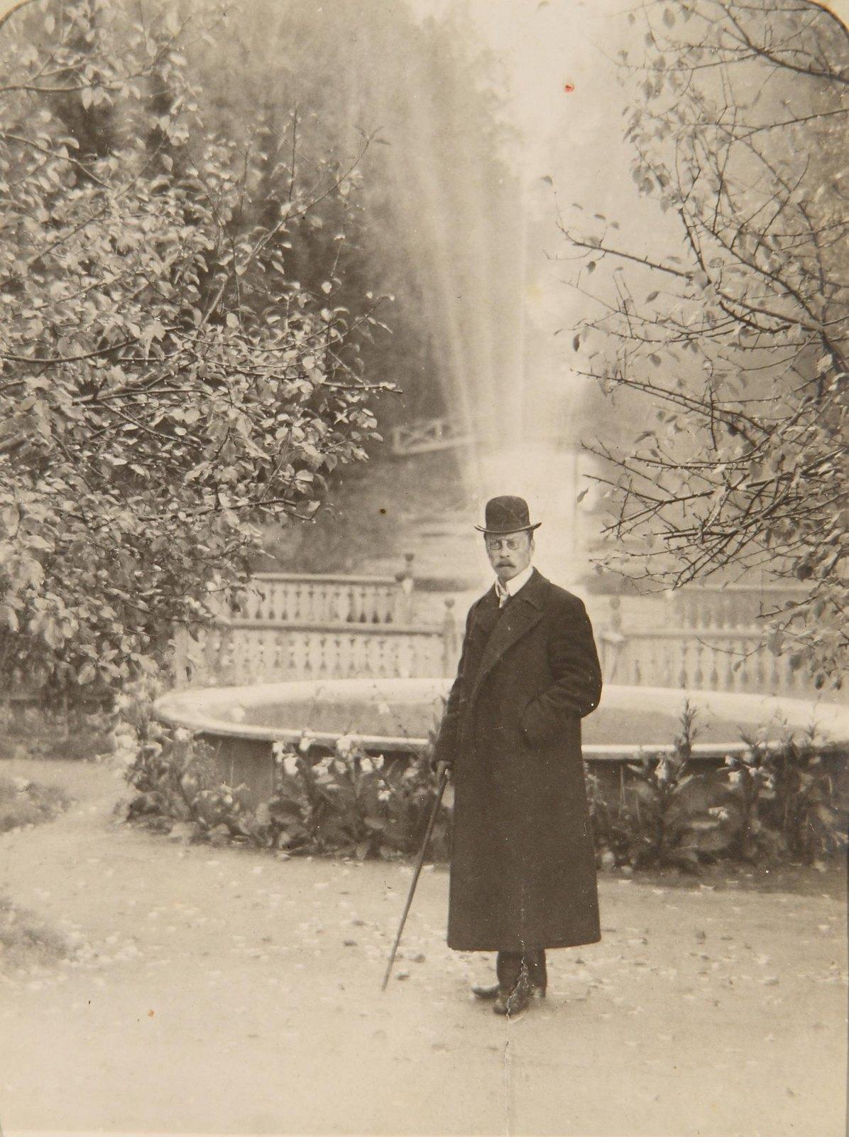 Мужчина с тростью у фонтана