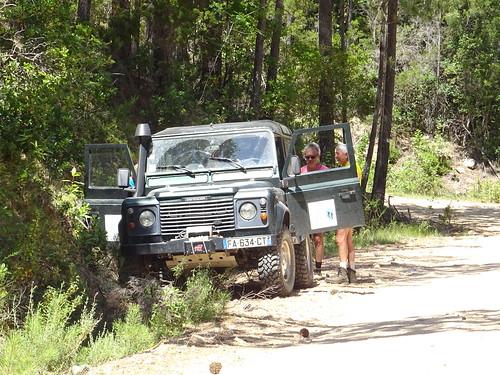 Un véhicule sur la piste de Luviu en haut du PR2 (Petra Stretta) au départ de l'operata
