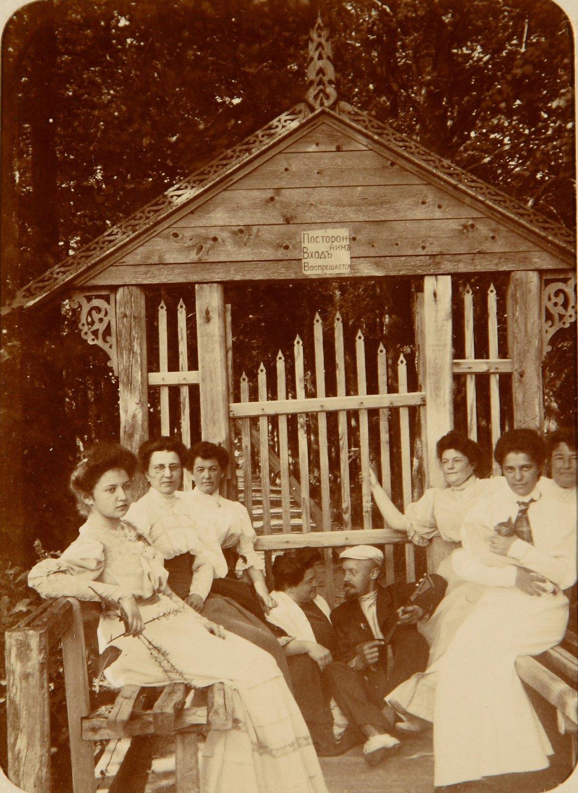 Групповой снимок у ворот