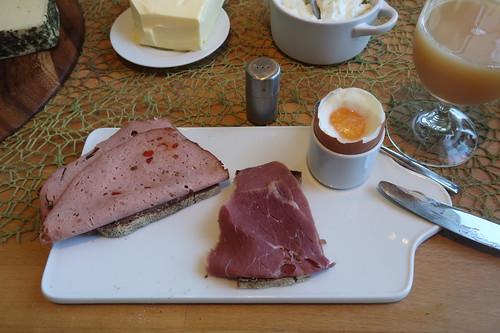 Paprika-Fleischkäse und Rindersaftschinken auf Majanne-Brot zum Frühstücksei