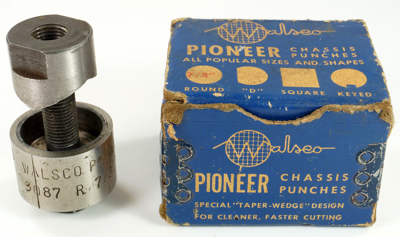 RD21174 Vintage Round Walsco Pioneer Radio Chassis Punch in Original Box DSC08280