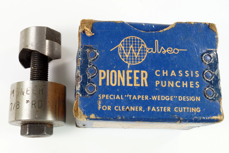 RD21174 Vintage Round Walsco Pioneer Radio Chassis Punch in Original Box DSC08277