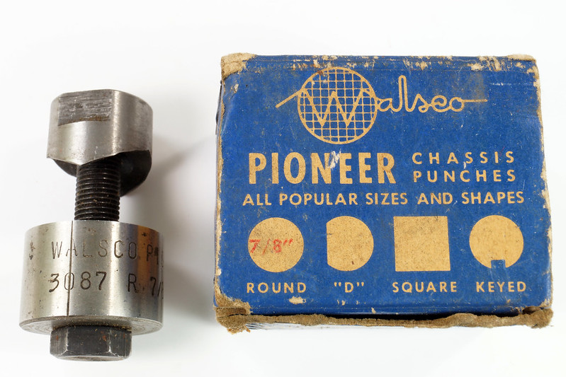 RD21174 Vintage Round Walsco Pioneer Radio Chassis Punch in Original Box DSC08276
