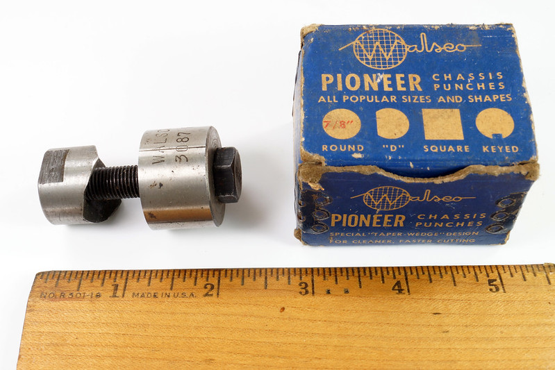 RD21174 Vintage Round Walsco Pioneer Radio Chassis Punch in Original Box DSC08275