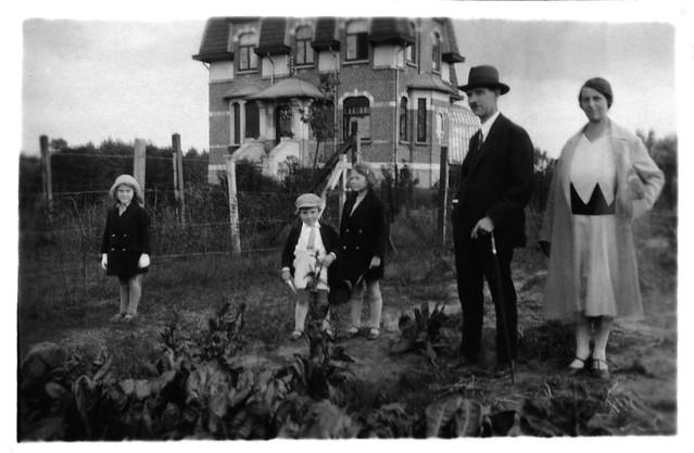 Visite de famille - le tour du potager / Années 30