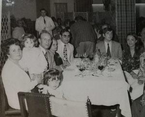 Rafael y Rosario junto a sus dos hijas y demás familiares de ella en una boda en 1970