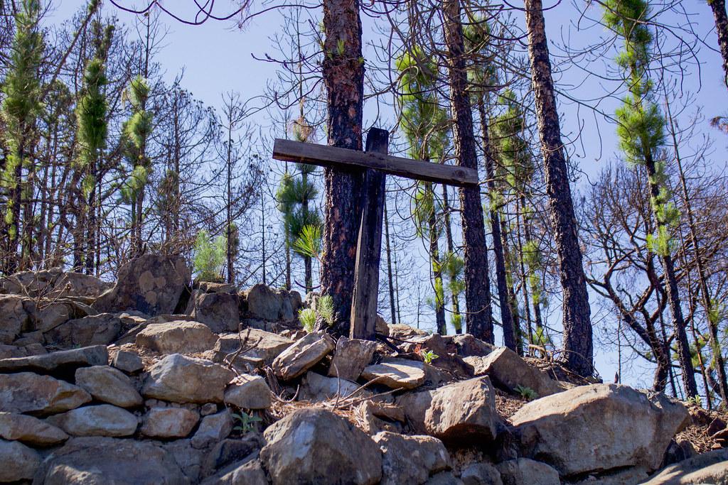 Cruz de Maria en sendero hacia montaña de Altavista
