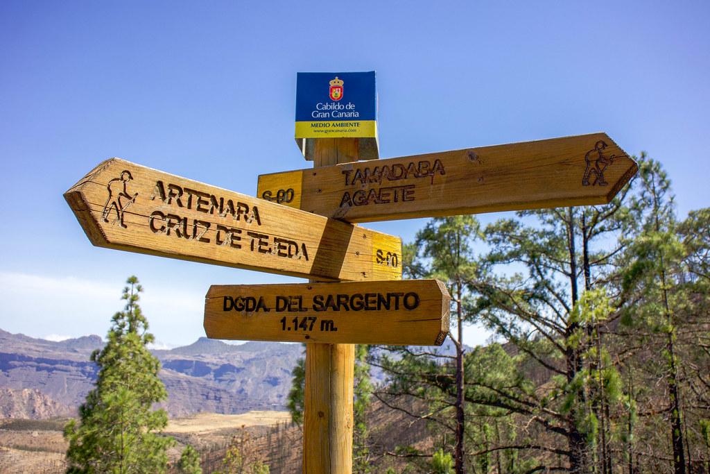 Señal del sendero a montaña de Altavista