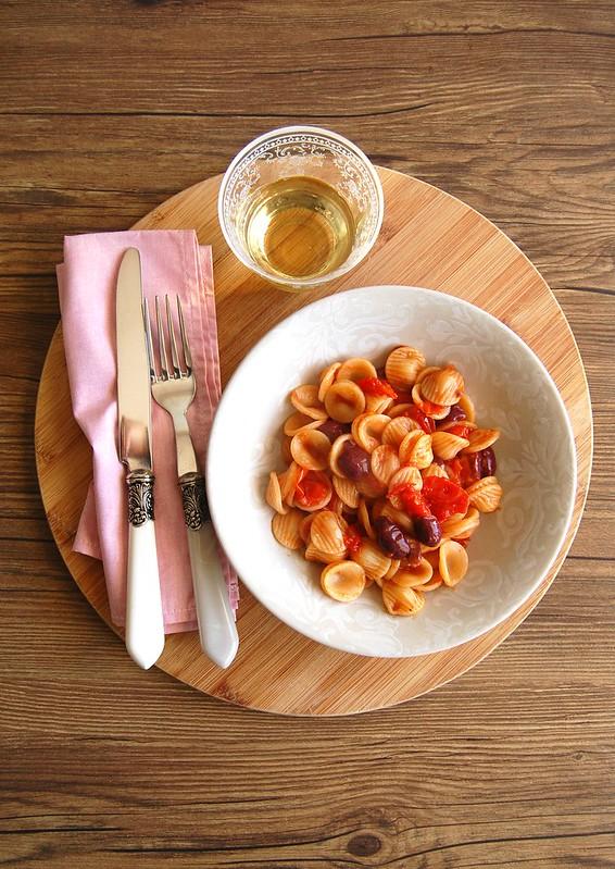 Macarrão com molho de tomate cereja e azeitona