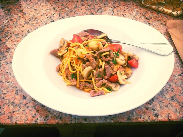 Fettucine with veal stripes & mushrooms / Fettucine mit Kalbsstreifen & Champignons
