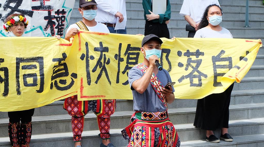 卡大地布部落青年會會長林俞璋發言、希望暫緩爭議、部落重拾團結。攝影:陳文姿