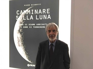 """L'Autore con l'ultimo libro, """"Camminare sulla Luna"""". Giunti, 2019"""