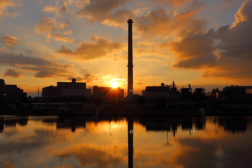 japan chiba ichikawa sunset chimney sky cloud sun plant reflection clouds river magichour goldenhour kyuedoriver tokyoskytree