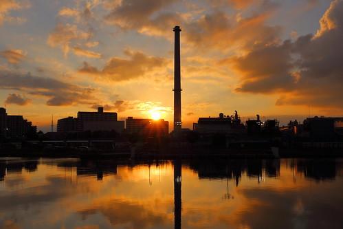 tokyoskytree ichikawa chiba japan sunset sun cloud clouds sky river kyuedoriver reflection magichour goldenhour plant chimney weather