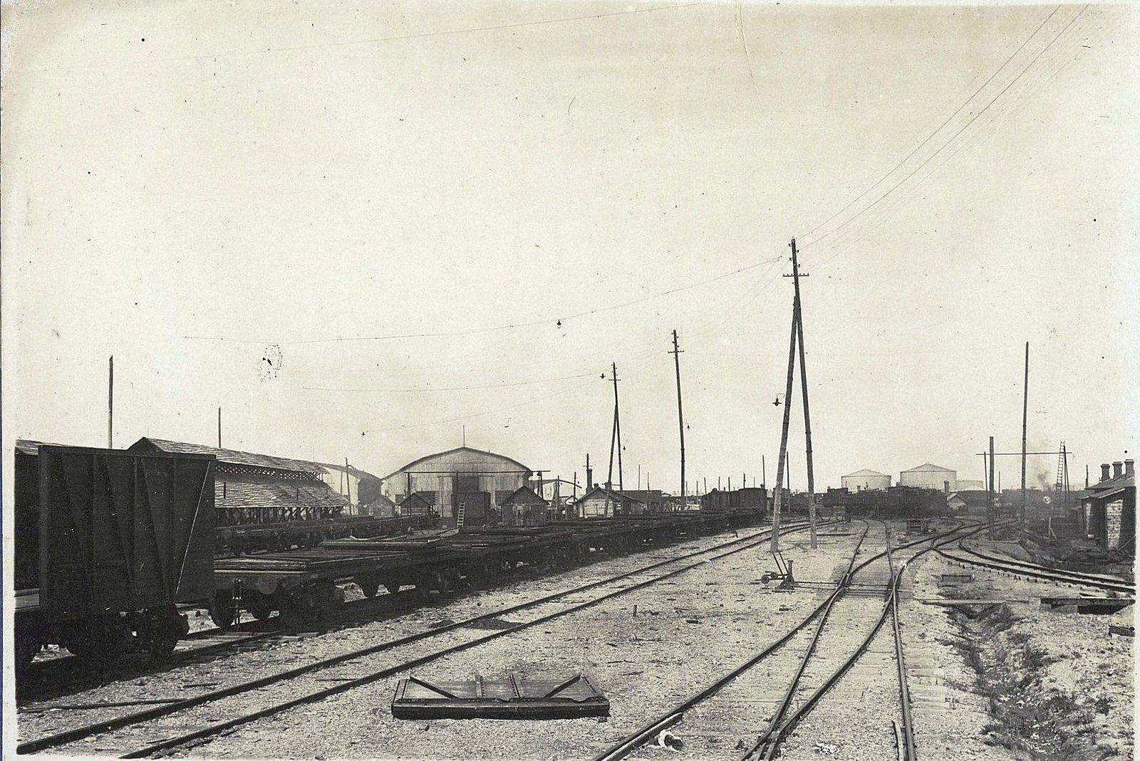 111. Поданный из 1-го отдела состав платформ, нагруженный стенками, на сборочные пути 2-го отдела