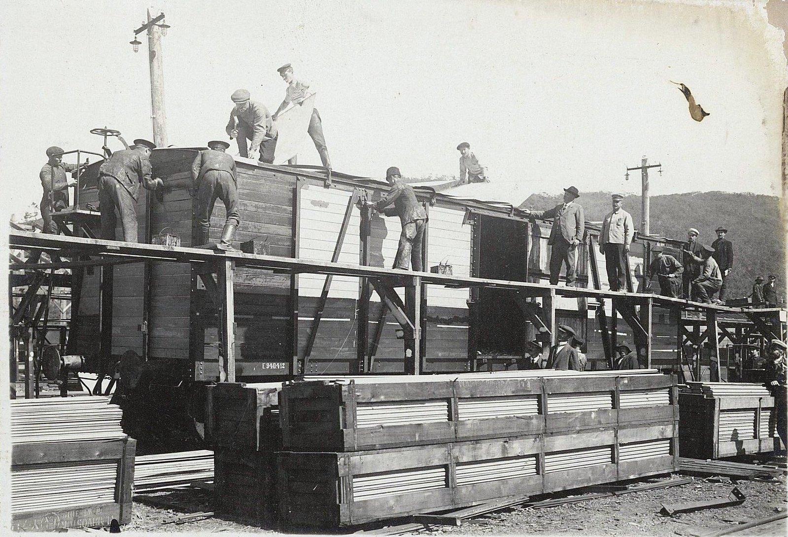 103. Покрытие крыши кровельным железом и окраска вагона