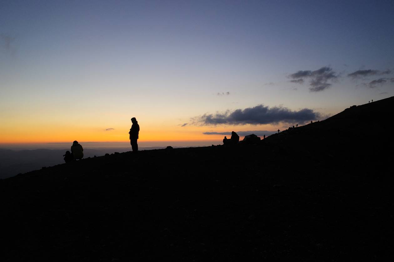 吾妻小富士で日の出を待つ