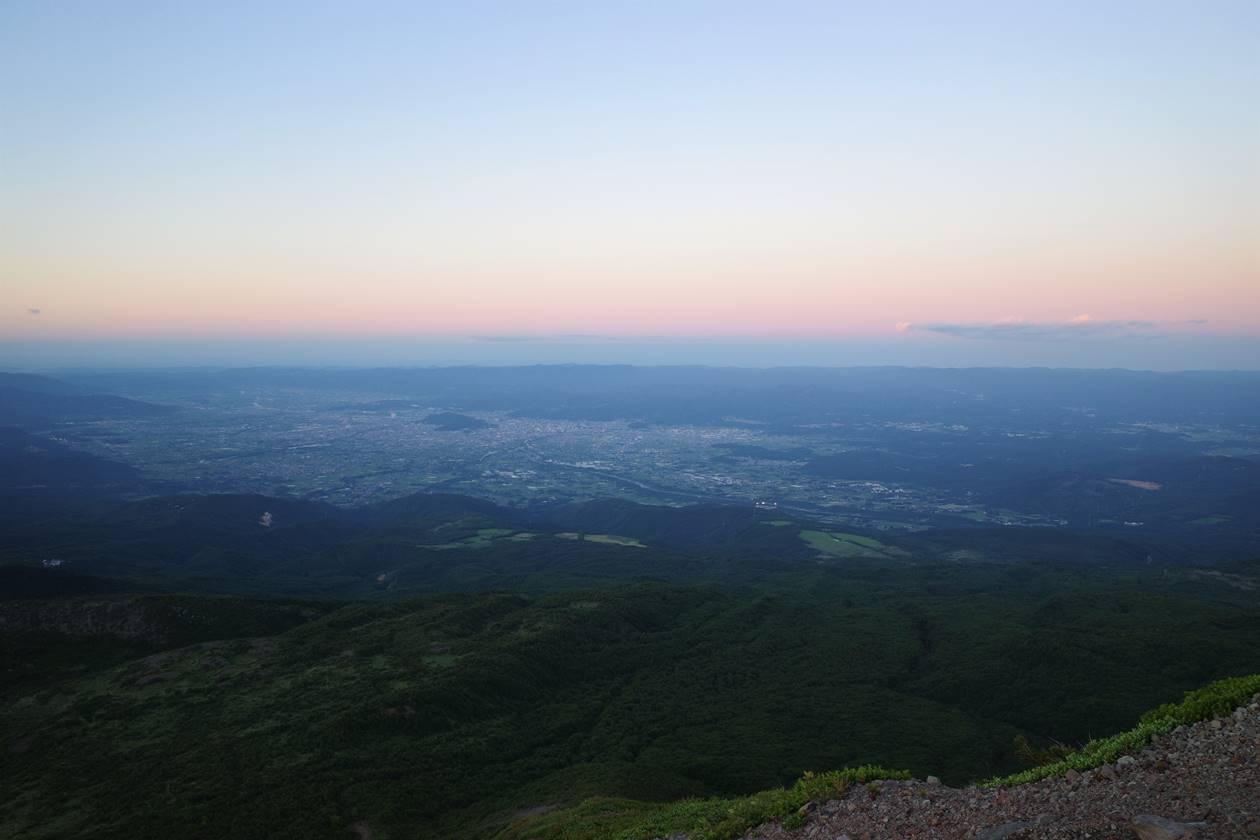 吾妻小富士から眺める夕焼けと福島市街地
