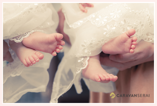 双子ちゃんのお宮参り 服装はベビードレス 足のアップ写真