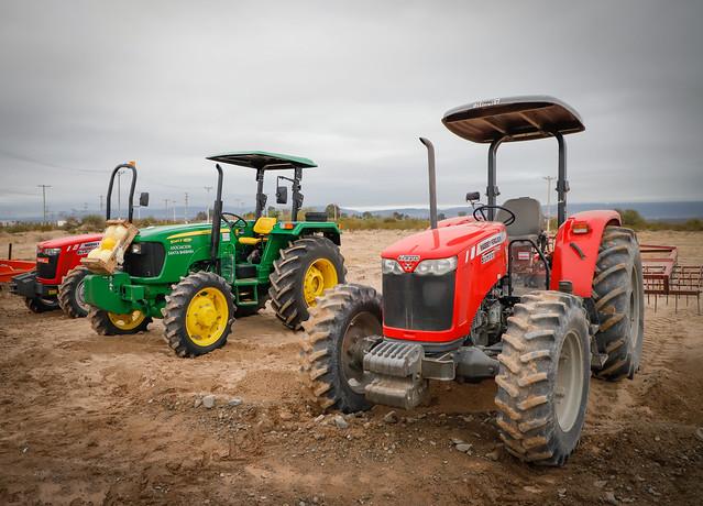 2020-06-24 PRENSA: Uñac entrego tierras y maquinarias a los emprendedores de Sarmiento