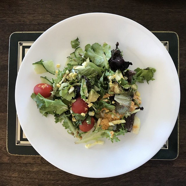#Powerhousesalad for lunch with zippy hummus and balsamic vinegar for the dressing. You can actually use any salad dressing that you prefer with it and it will still taste #delicious.🍴