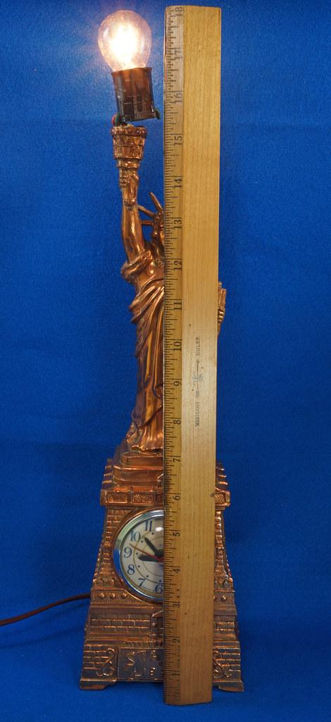 RD27921 Mid Century Statue of Liberty United Clock Lamp Big & Showy Copper Tone NYC Souvenir 15 inch DSC08370