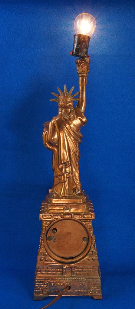 RD27921 Mid Century Statue of Liberty United Clock Lamp Big & Showy Copper Tone NYC Souvenir 15 inch DSC08362