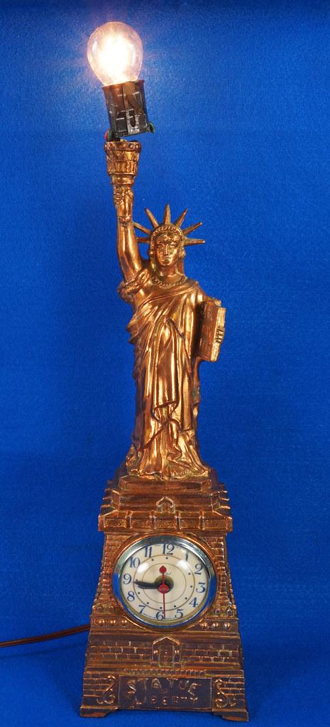 RD27921 Mid Century Statue of Liberty United Clock Lamp Big & Showy Copper Tone NYC Souvenir 15 inch DSC08359
