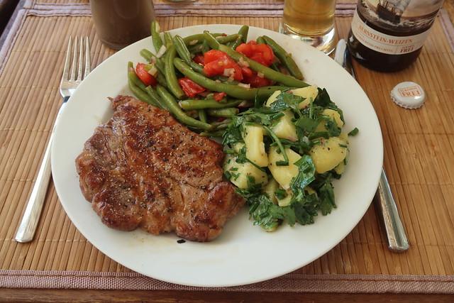 Schweinenackensteak mit Bohnen-Tomaten-Salat und Kartoffeln-Petersilie-Salat