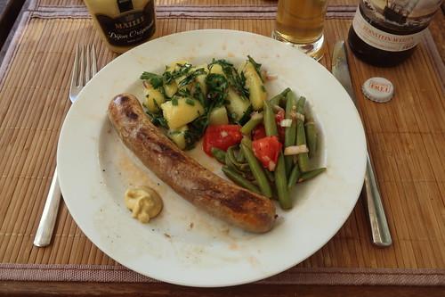 Wildschweinbratwürstchen mit Kartoffeln-Petersilie-Salat und Bohnen-Tomaten-Salat