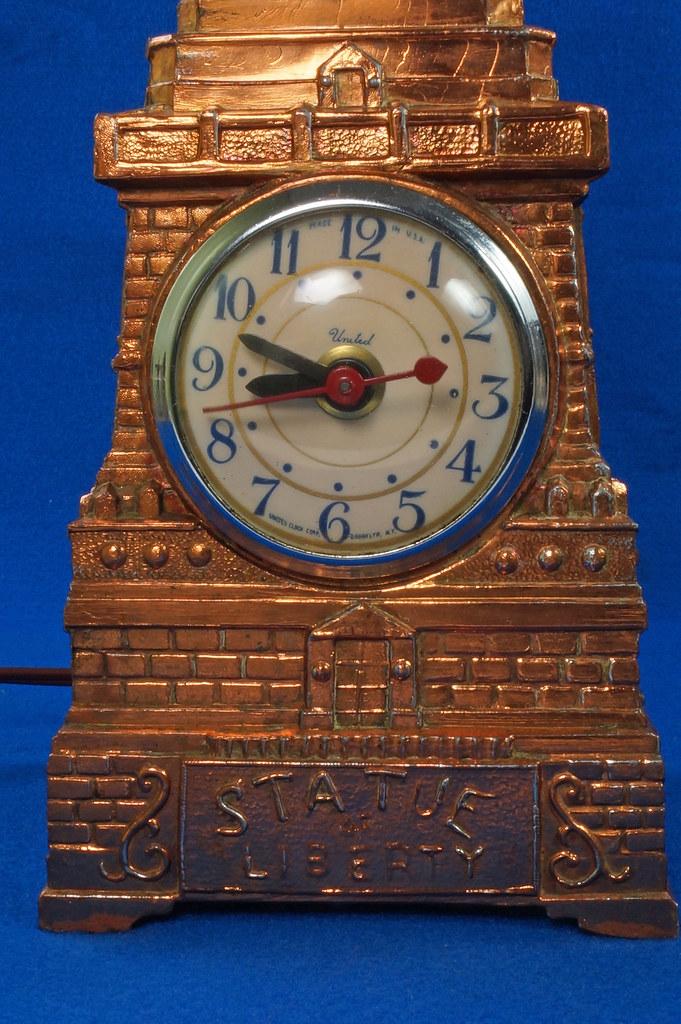RD27921 Mid Century Statue of Liberty United Clock Lamp Big & Showy Copper Tone NYC Souvenir 15 inch DSC08364