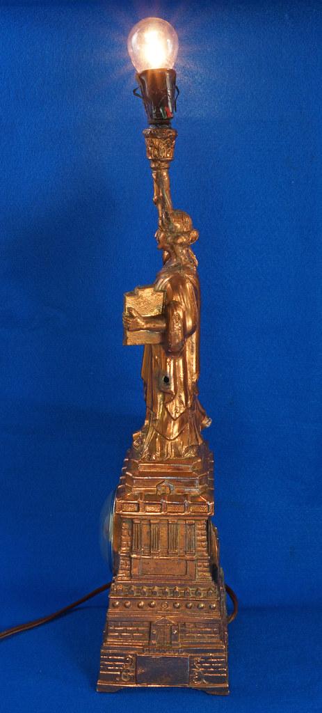 RD27921 Mid Century Statue of Liberty United Clock Lamp Big & Showy Copper Tone NYC Souvenir 15 inch DSC08360