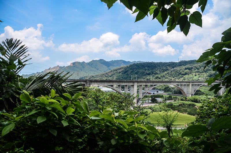 鯉魚潭(南片山)、枕頭山登山途中俯瞰台鐵鯉魚潭拱橋鐵道 (2)