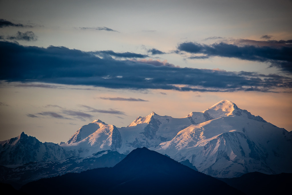 Quand le soleil peint les sommets des Alpes