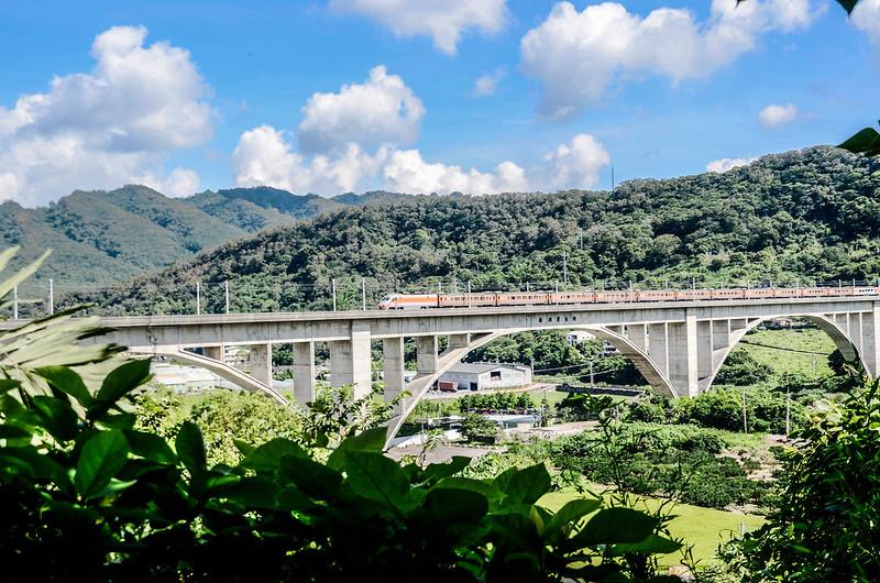 鯉魚潭(南片山)、枕頭山登山途中俯瞰台鐵鯉魚潭拱橋鐵道 (1)