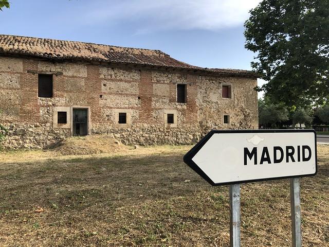 La Cartuja y una señal de Madrid en Talamanca del Jarama