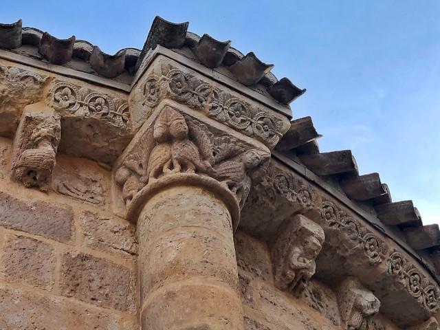 Detalle del ábside románico de la iglesia de San Juan Bautista en Talamanca del Jarama (Madrid)