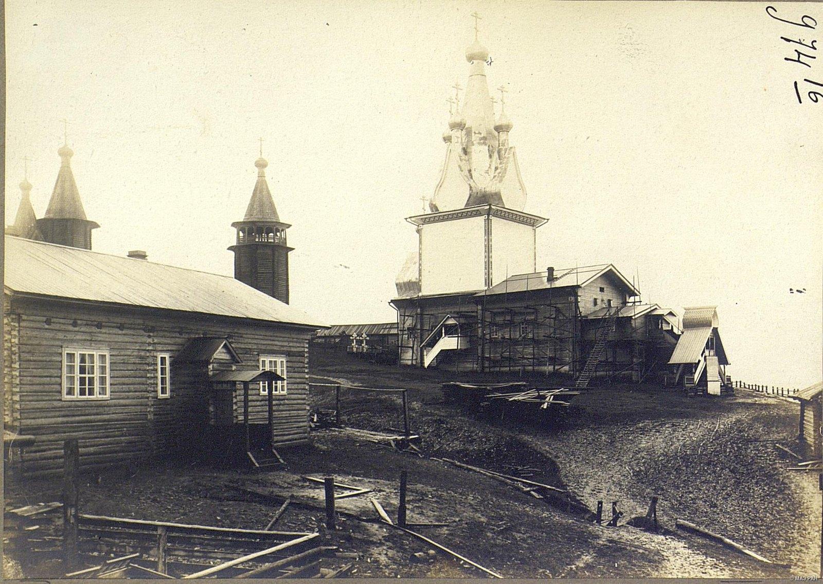 13. Общий вид на церкви и приходскую школу села Юрома с реки Мезень