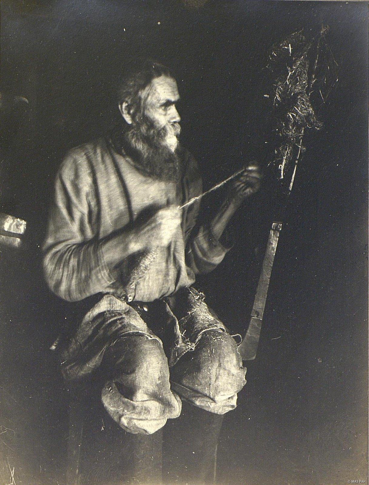07. Пожилой мужчина за пряжей кудели на веревки