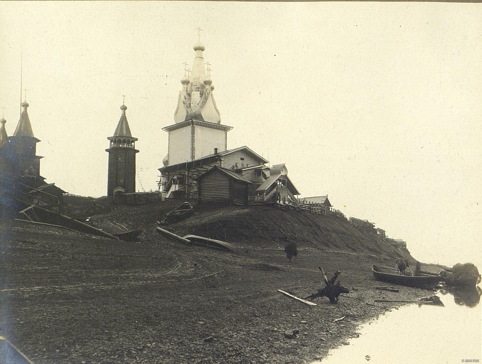 14. Общий вид на церкви села Юрома с реки Мезень