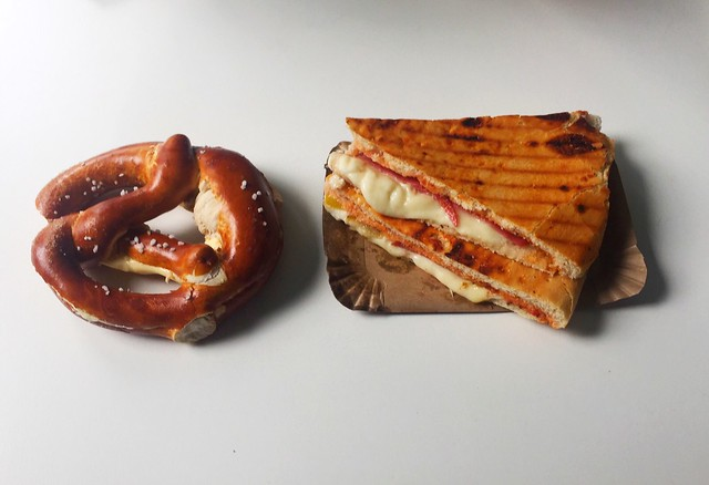 Butter pretzel & Salami pizza slice / Butterbretzel & Salami-Pizzafladen