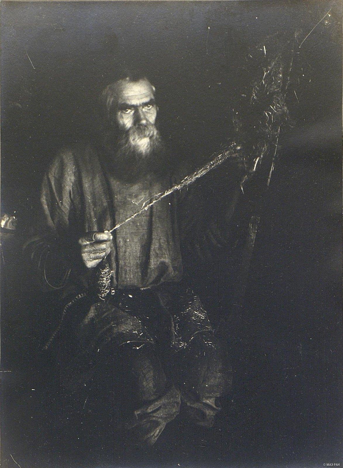 08. Пожилой мужчина за пряжей кудели на веревки