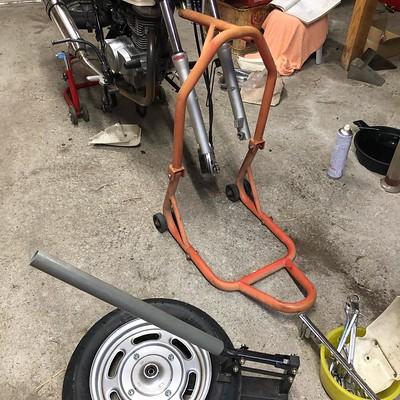 タイヤ交換とオイル交換とフロントフォークオイル交換とリアサス交換を計画してしまい正気か????ってなってるところです